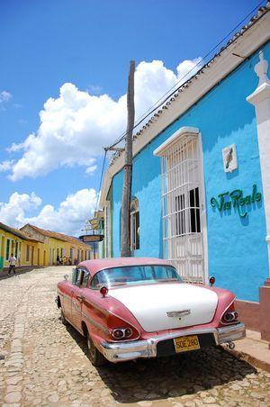道端にはかっこいい車が。キューバ 旅行・観光のおすすめのスポット!