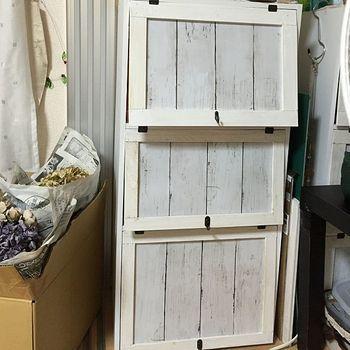 すべて100均グッズでリメイクしたという棚。真っ白のなんてことのないボックスからシャビーシックな雰囲気の棚に大変身をを遂げました。