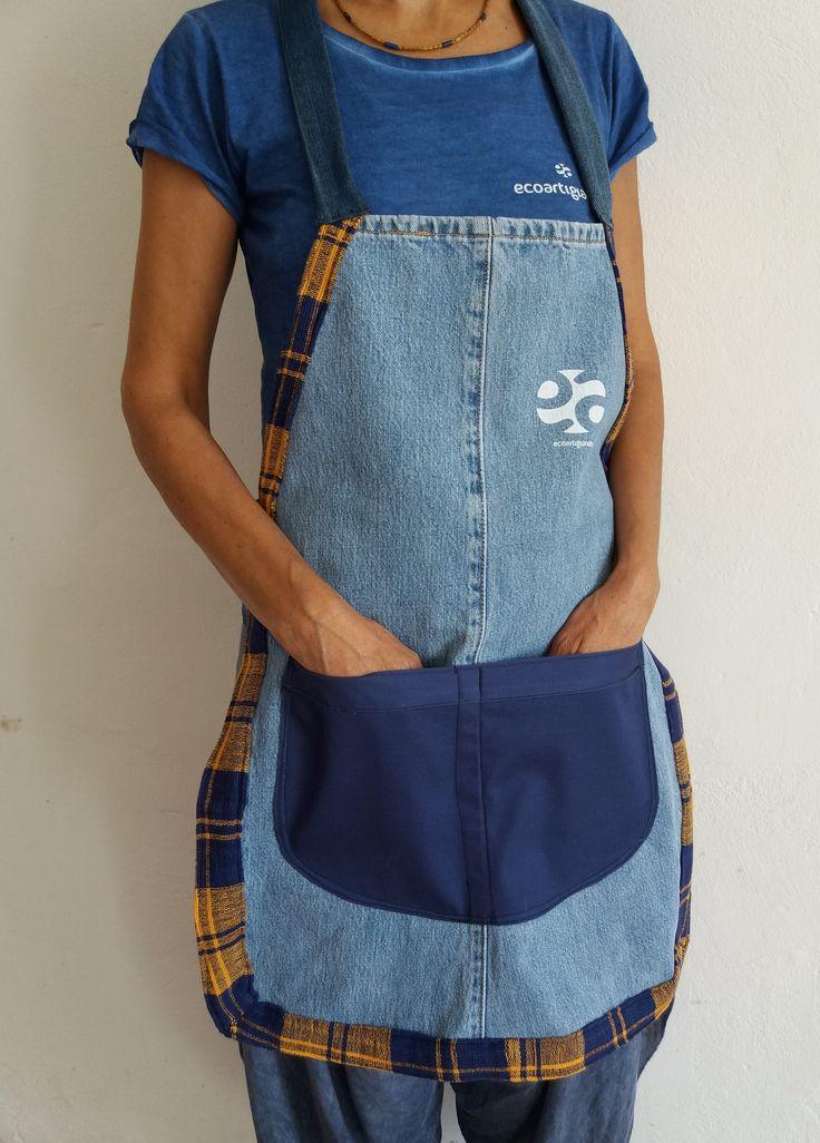 Grembiuli fatti a mano in jeans e tessuto per artigiani, cuochi e creativi al lavoro. Rifiniture accurate in artigianato sartoriale con tessuti damascati, broccati, cotoni e gabardine.  Per modelli su misura scrivi a Silvia.