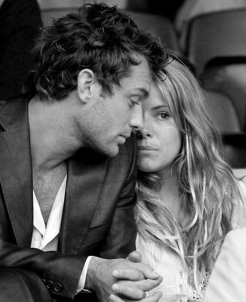 """""""La lealtad, sin soberbia. El amor, sin necesidad. Los besos, con ternura. Morderse, con ganas. Eso es todo. Creo"""". Foto: Jude Law & Sienna Miller, 2004"""