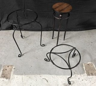 GROUPING OF METAL PLANTER STANDS RANGING IN SIZE FROM 9 INCHES IN HEIGHT TO 22 INCHES