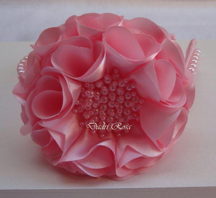 Tiara rosa com perolas rosa,flor cetim super confortável, , pode ser feita em outras cores também.