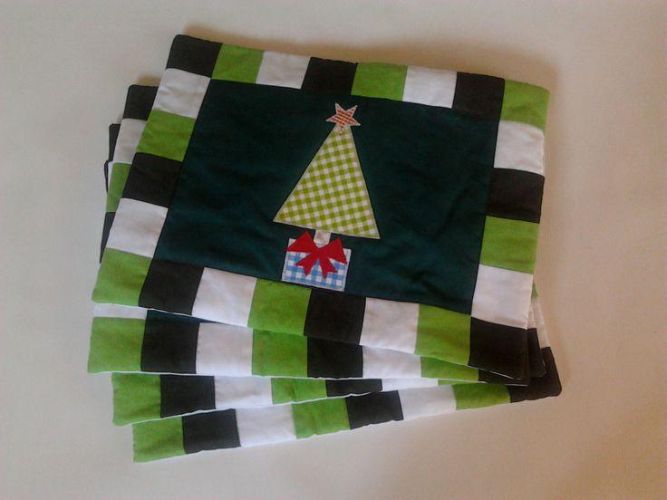 Manteles individuales navideños,motivo central un arbolito,muy sencillo pero super prácticos.