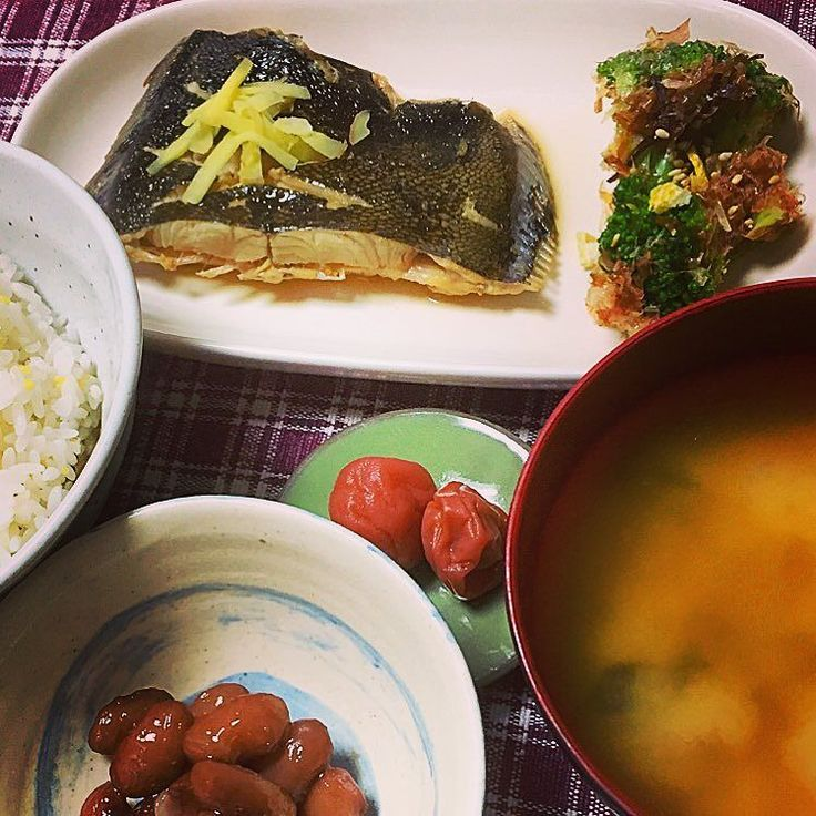 さっきのカレイは晩御飯のおかずでしたーあーキノコ類が無かったなー 豆もあるし魚もあるけど味噌汁の具はジャガイモとワカメなのでわといはクリアw  作る手順とか考えると楽しいね #うちごはん #てづくり #foodlove #l4l #和食 #煮魚 #雑穀ごはん