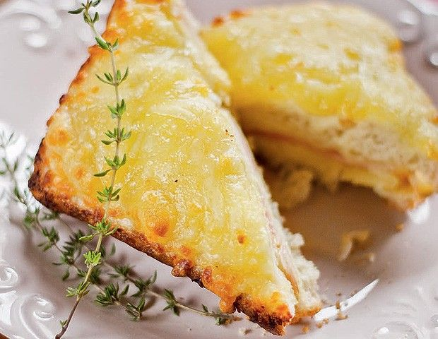 Ingredientes 4 fatias pão de fôrma;2 ovos;1 copo de creme de leite fresco;queijo gruyère ou emmental ralado;presunto; Sal e pimenta-do-reino a gosto; Misture os ovos com o creme de leite e bata até obter um creme homogêneo. Tempere com sal e pimenta-do-reino. Espalhe esse creme sobre as fatias de pão. 2 Coloque bastante queijo ralado sobre duas fatias e, em seguida, adicione o presunto. 3 Feche e derrame mais creme sobre eles. Cubra queijo ralado. 4 Leve ao forno preaquecido a 250ºC até…