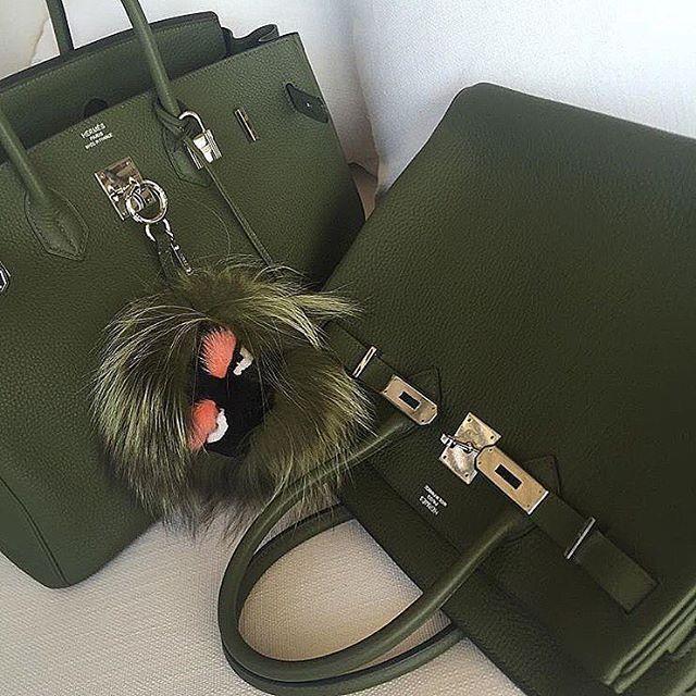 Hermes Birkin in Military green, avec le Monster Fendi, j'adore. Il y a mille et une façons de porter un Birkin, c'est la magie de ce sac.