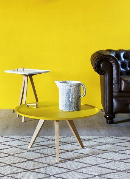 Design:  Casa 1796. Tavolini da salotto con vassoio estrabile colorato e base in legno.