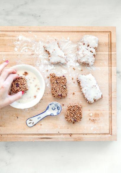 Barres de quinoa soufflé, noix de coco & glaçage au yogourt grec