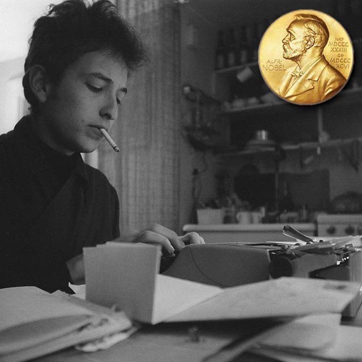 """Este año la Academia Sueca reconoció al músico estadounidense Bob Dylan con el Nobel de Literatura """"por haber creado una nueva expresión poética dentro de la gran tradición americana de la canción"""". Bob Dylan de 75 años ha creado canciones como """"Blowin' in the Wind"""" y """"Knockin' on Heaven's Door"""". Su nombramiento como nuevo Nobel de Literatura ha ocasionado en los círculos letrados un verdadero debate y mientras algunos sentencian a la Academia Sueca y promulgan """"la muerte de la literatura""""…"""
