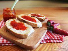 La marmellata di peperoncino piccante è una conserva preparata con peperoncini rossi piccanti e peperoni dolci. Ottima da gustare sui formaggi o spalmata su crostini di pane.