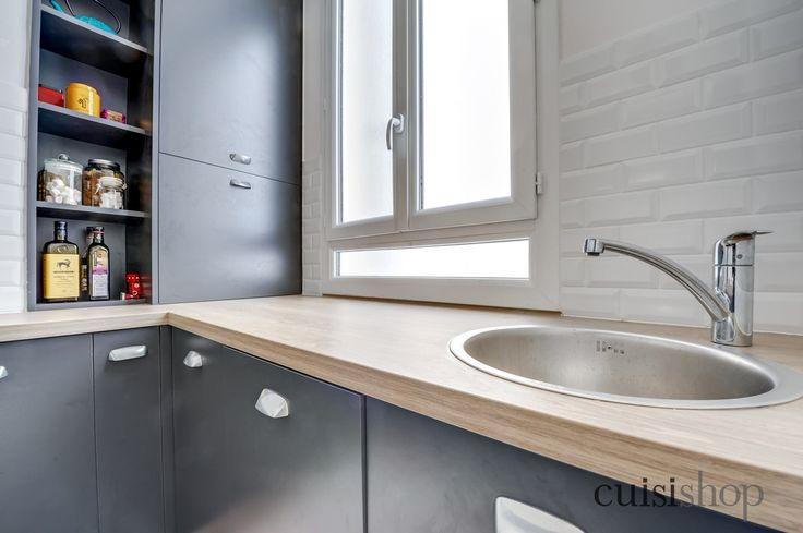 Réalisation #PetiteCuisine : Afin de disposer au maximum d'un espace de préparation, un évier une cuve en inox et rond. Un lave-vaisselle 9 couverts est installé pour l'aspect fonctionnel de la cuisine.
