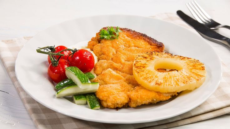 Levitä broilerin paistipihvit leivinpaperien väliin ja nuiji noin ½cm paksuisiksi levyiksi. Riko kananmunien rakenne. Pyöritä nuijittu broilerin leike ensin vehnäjauhoissa, sitten kananmunassa ja lopuksi korppujauhoissa. Sulata voi pannulla ja paista leikkeiden pintaan kaunis väri. Leikkaa kesäkurpitsa 5 cm pitkiksi pölkyiksi ja paista nopeasti tilkassa oliiviöljyä. Pyöritä kirsikkatomaatit öljyssä ja mausta suolalla. Paahda tomaatteja 220 –asteisessa uunissa kunnes kuori on saanut hieman…