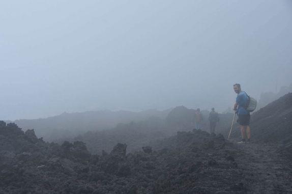 Caminhando em meio à fantasmagórica paisagem vulcânica no vulcão Pacaya, próximo à Antigua, na Guatemala