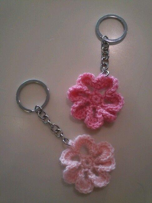 Llaveros flores crochet.