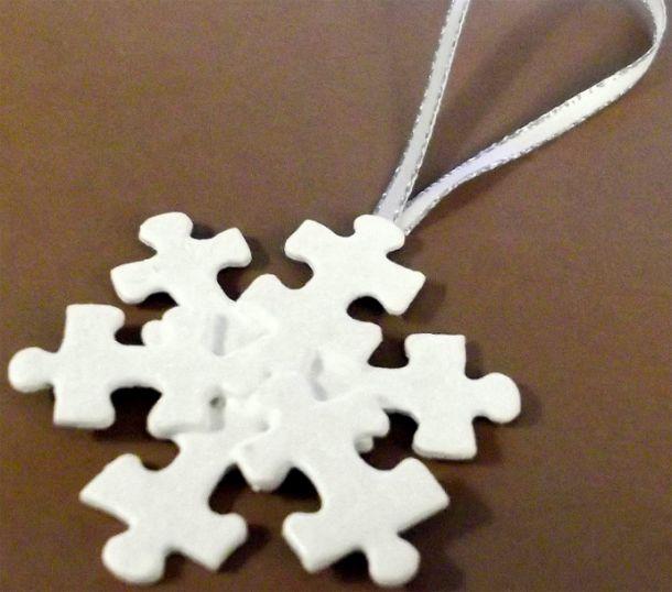Kerstster van puzzelstukjes.