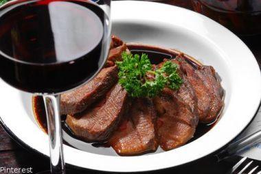Połącz wino i mięso  Wiele osób przygotowujących elegancki obiad lub kolację zastanawia się nad tym, jakie wino podać do serwowanego mięsa. Okazuje się, że do czerwonego mięsa nie wystarczy dobranie trunku o tym samym kolorze. Bo wino niejedno ma imię!