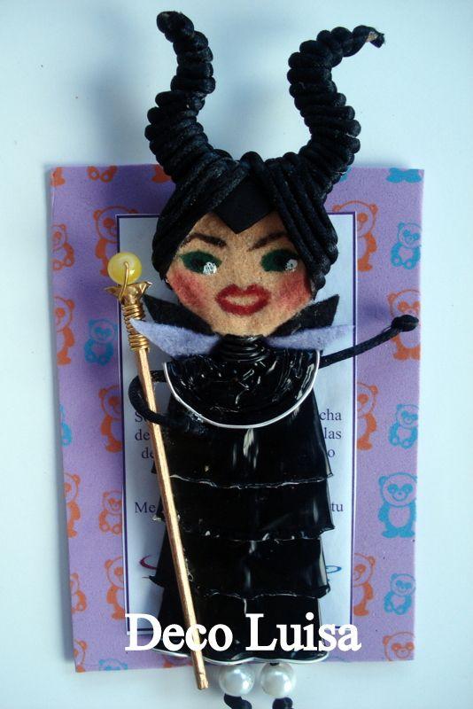 Broche de muñeca Georgina modelo Maléfica. Estas muñecas están hechas con cápsulas de nespresso y fieltro. Se hacen por encargo. Ideales como detalles de invitadas en cualguier tipo de evento. Aviso estas muñecas no se pueden copiar, están registradas.