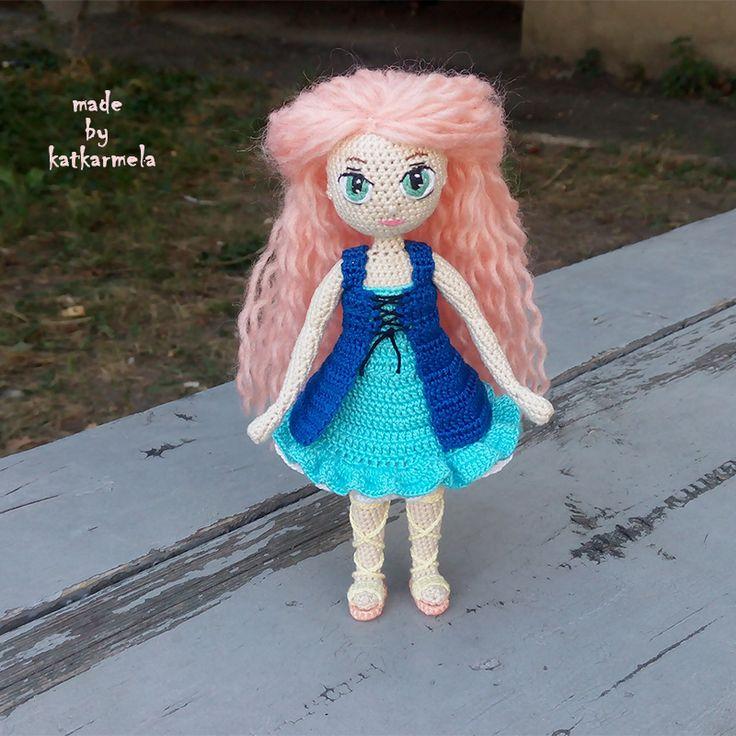 Вязаная кукла крючком Рея ростом 16 см на проволочном каркасе из хлопковых ниток. Стоит самостоятельно. Автор мастер-класса Katkarmela.