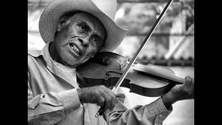 """Omar Luengas Cervantes nos cuenta: """"Las danzas regionales forman parte primordial de la cultura de los diferentes estados de la República Mexicana. El violín es uno los instrumentos que acompañan a la danza típica de la sierra mixteca del Estado de Oaxaca"""". Muchas gracias a todos los participantes."""