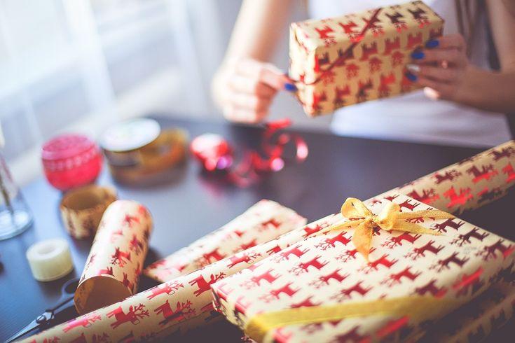 Pas cheres et originales, voici 9 idées de cadeaux personnalisés et avec photo pour les couples et les relations à distance ! Cliquez ici pour les découvrir
