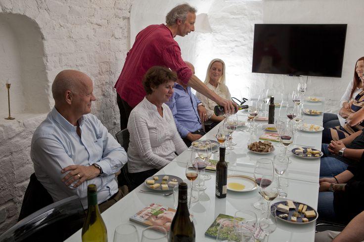 En erfaren guide som är kunnig i ost- och vinhistorik leder dig genom kvällen.