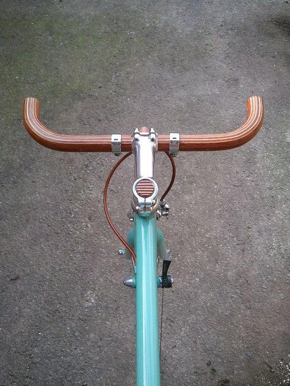 Megafon Fahrrad Lenker Kombination drei Arten von Hartholz: Bubinga, Eiche und Esche. Fertig mit einer dünnen Schicht aus Polyurethan-Lack. Verstärkt mit zwei Alu-Dübeln im Bereich Vorbau. Marken-Logo. ** für ahead Vorbauten ** Klemmdurchmesser Vorbau: 25,4 mm Länge: 40 cm Durchmesser: 25,4 mm Gewicht: 190g  WoodOOcycles gebogene Lenker sind mit laminiertem Holz und verklebt mit Epoxy-Kleber, die hohe Ausdauer für tägliche und dauerhafte Nutzung garantiert. Zwei Alu-Dübel garantieren…