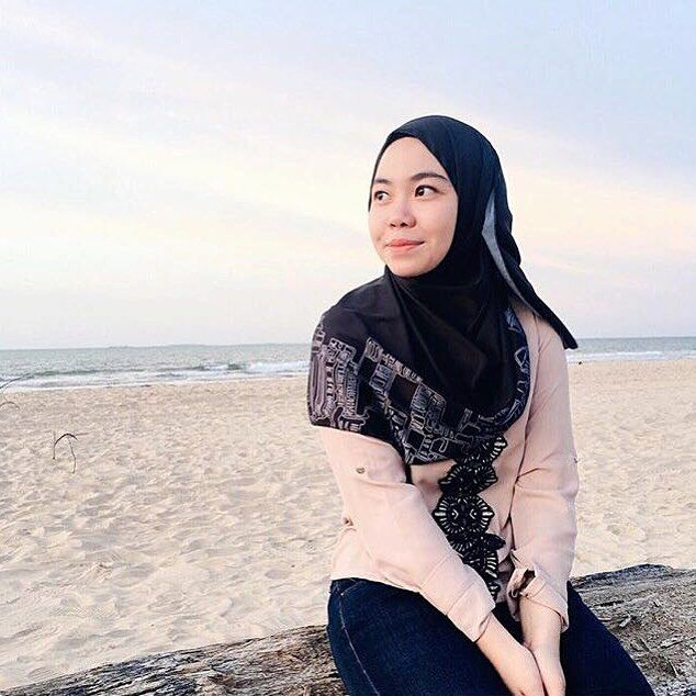 She's bringing her donut on a beach day out! Well, that KL Garden City in Light is not only something you can wear while takin a stroll in the city, it looks perfect on a romantic beach getaway, too, as seen on our donutella @_afina. She's looking extra glowy in this one! -  #donutscarves #donutscarvesmalaysia #scarf #hijab #scarves #klcitygardenoflight #donutscarvesklgardencity