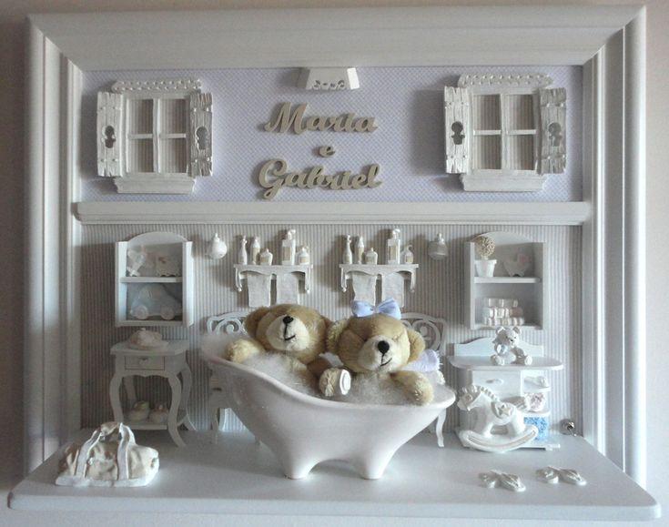 Quadro com ambiente do banho dos gêmeos.  Para porta de maternidade e decoração do quarto do bebê.  Cores e estampas que você pode escolher.  Miniaturas em resina, recortadas a laser, espelho, banheira em porcelana branca, colorida ou decorada a mão.  Iluminação opcional.  PRODUTO ARTESANAL SUJEI...