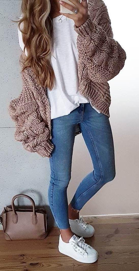 3 de Enero♥️ Una camiseta blanca, unos jeans índigo, un abrigo de lana rosa…