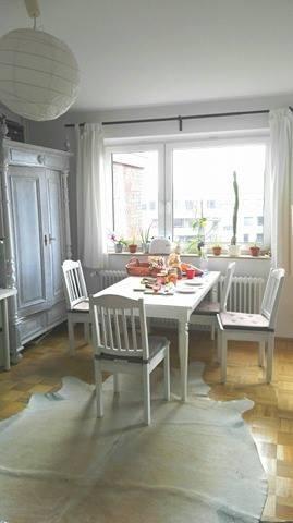 Grosses Helles Esszimmer Im Landhausstil In Einer Wg In Hamburg Altona Esszimmer Landhaus Wg Hamburg Wg Zimmer Wohnung Zimmer