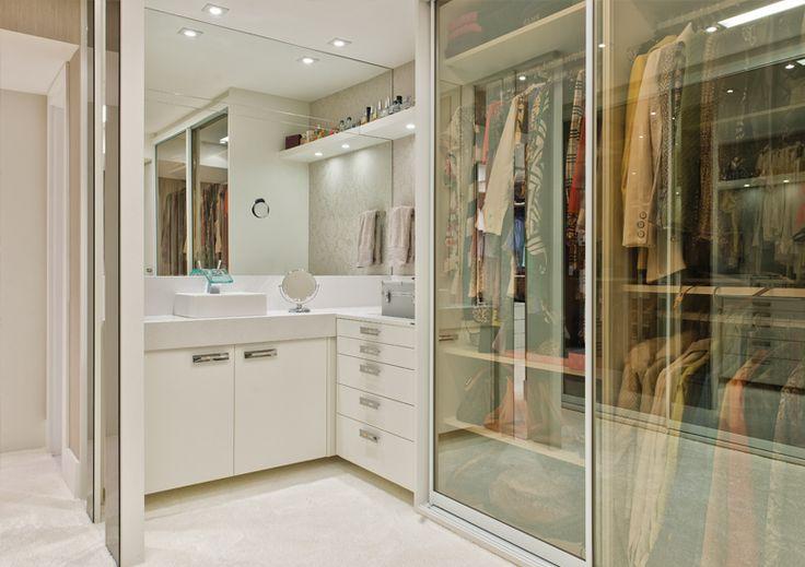 1- Espelho veneziano e poltrona vermelha linda fazendo a diferença!     Qual mulher que não ama closet? E cantinho da make? E juntando...