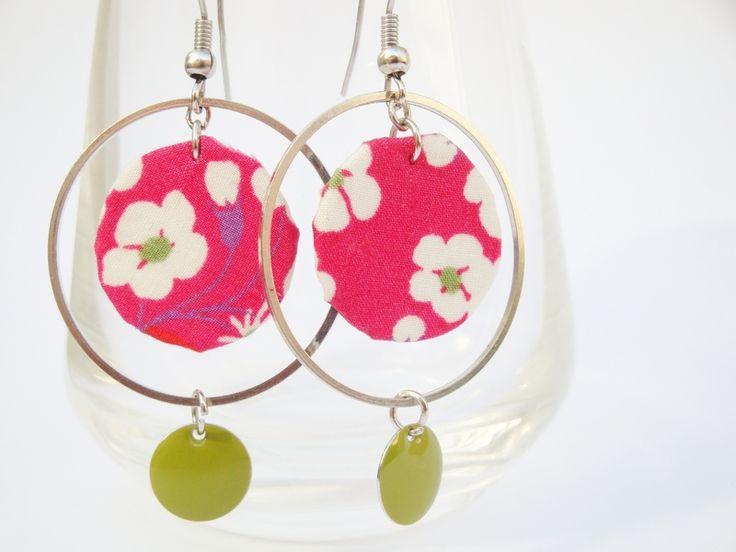 Boucles d'oreilles Liberty Mitsi Perles réalisées à la main dans mon atelier, en célèbre tissu Liberty rose à fleurs blanches. Bijou orné d'u...
