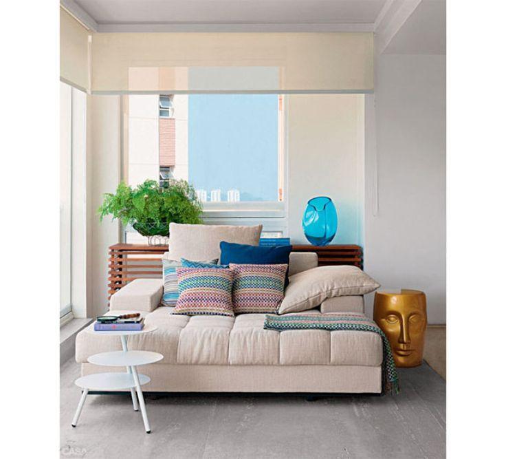 Na dúvida tenha uma cor de base como o sofá creme e aposte nas almofadas e mantas coloridas. Se gostar de uma estampa, o resto da decoração pode seguir suas cores.