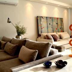 Apartamento para um jovem casal em tons de cinza: Sala de estar Clássico por Helô Marques Associados