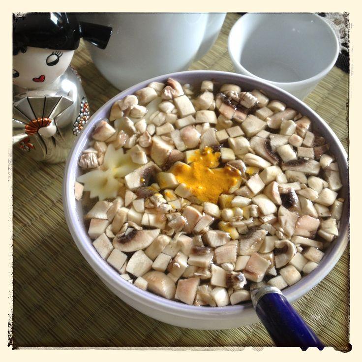 #comfortfood #food #settembre2013 Primi freddi: zuppa giapponese a modo mio: funghi e petto di tacchino a pezzettini in brodo vegetale con pasta e curcuma! :)