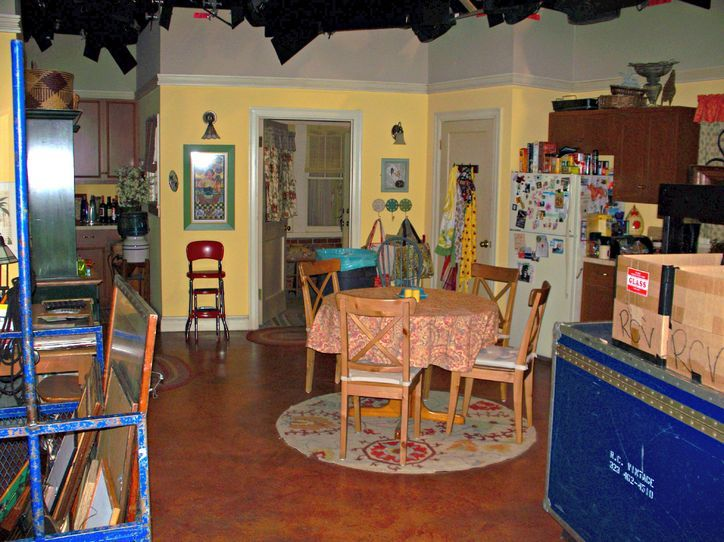 Billy Gardell Gave Us an Exclusive Set Tour at Mike & Molly, Which Was the Old Friends Stage! Come Take a Look!: Obsessed