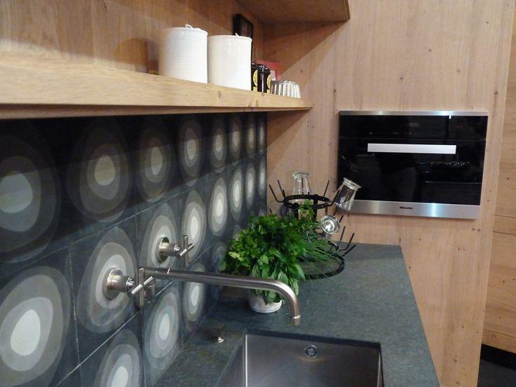 Atelier culinaire , cuisine chêne massif clair, crédence carreaux de ciment, four vapeur MIELE, étagère, plan de travail granit Z, robinet mural Dornbracht, basilic herbes