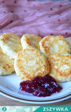 Zobacz zdjęcie Serniczki na patelni Co potrzebujemy: (6 sztuk) twaróg 200g jajko cukier 3 łyżki mąki 1. Białko ubijamy z cukrem i dodajemy żółtko. Następnie wrzucamy wcześniej rozgnieciony widelcem ser (można go zmiksować na gładką masę blenderem, ale ja lubię kawałki twarogu więc wybieram pierwszy sposób), 3 łyżki mąki i cukier (ok 3 łyżki w zależności od tego jakie chcemy słodkie serniczki). 2. Następnie formujemy kulki i lekko je zgniatamy. Musimy mieć ręce obsypane mąką, ponieważ ma...