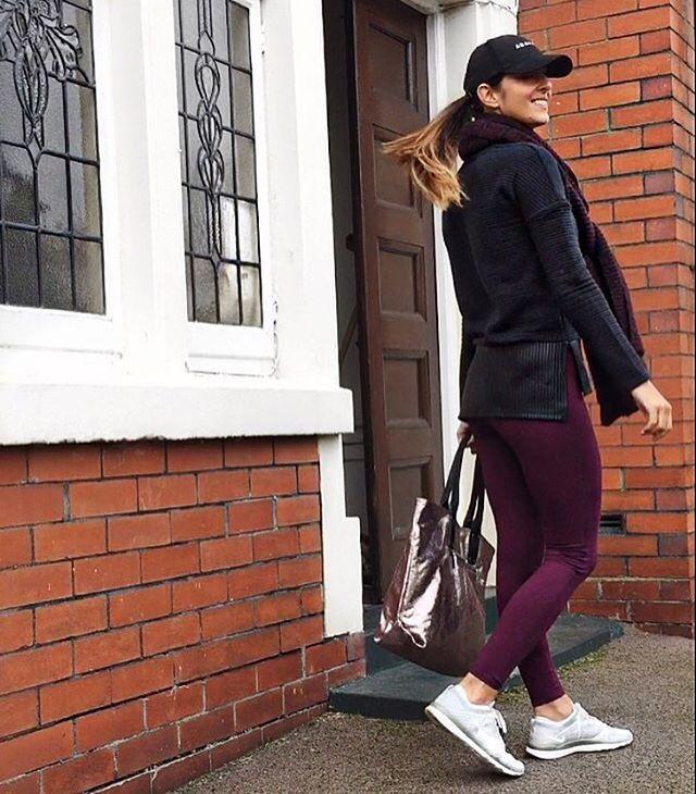 @activelyrees weiß wie man den Athleisure Trend trägt! In ihrem sportlichen Look ist sie frisch und bequem unterwegs. Wir lieben es!  Mit dabei: Die Lisette High Waist Leggings in Burgundy und die Bre Tunika. #Athleisure #SportOutfit #Sportswear