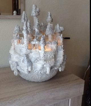 Met gewone das klei een ronde piepschuimbal van 40 cm doorsnee ..voor de torens pvc buizen bekleden met klei en met je fantasie ramen, trapjes ect maken .. Met kerst ledverlichting.