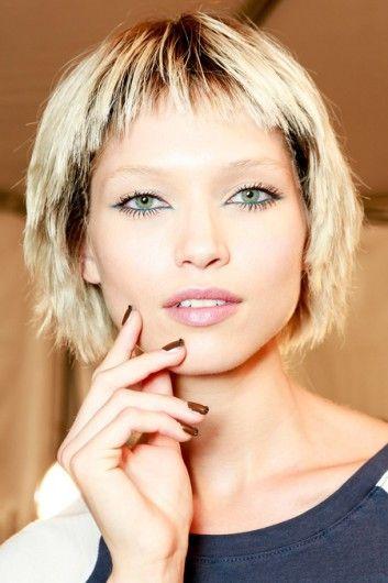 Een nineties gevoel bij Marc Jacobs, waar de modellen blauwe of groene eyeliner op de waterlijn krijgen. De wimpers zijn sterk aangezet.