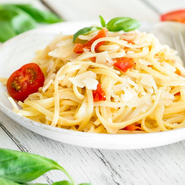 Linguie vereinen sich mit Tomaten, Olivenöl, Knoblauch und Basilikum zu einer herrlich leckeren Pasta-Variation - in 15 Minuten und in nur 1 Topf.