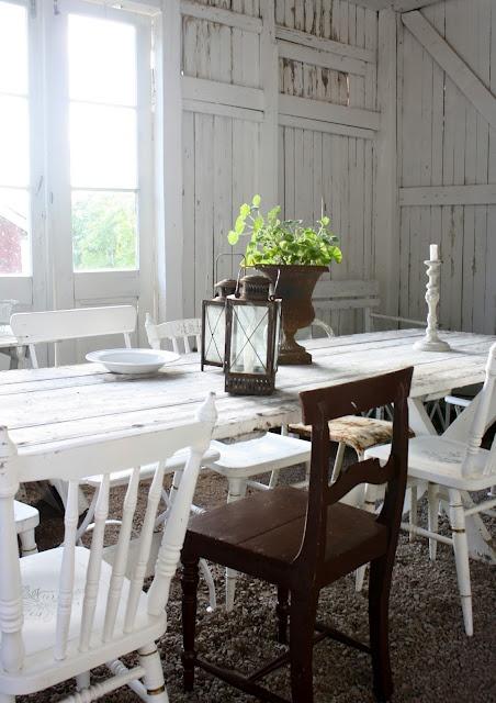 Fint med blandade stolar och ett långt bord