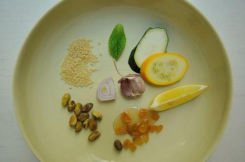 In de couscous gaan zoete ingrediënten als pompoen, honing en rozijnen. Maak 'm af met de crunch van pistachenoten en het frisse van verse munt en je hebt in korte tijd een heerlijk zomerse maaltijd op tafel. Het volledige recept vind je hier.