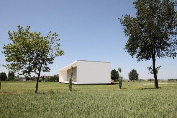 Modern Monolithic House Design in Castelnovo Sotto Reggio Emilia Italy Side View 600x399 Modern Monolithic House Design in Castelnovo Sotto, Reggio Emilia, Italy