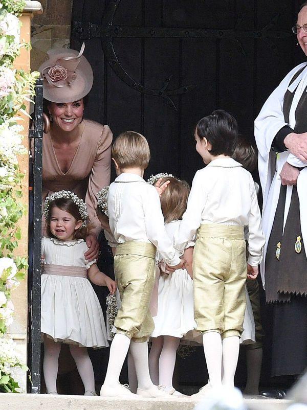 SNART KLARE: Hertuginne Kate hjalp brudepike Charlotte og blomsterguttene før vielsen. Foto: Getty Images