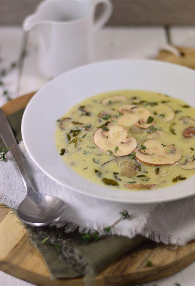 Champignonsoep met kastanjechampignons . Een heerlijke romige soep met champignons, room en verse groene kruiden. Heerlijk, makkelijk om te maken: een echte aanrader!