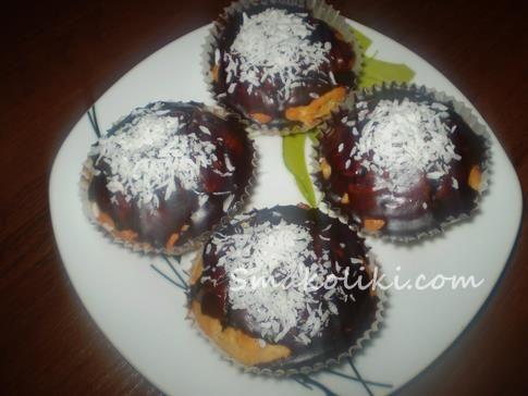 Маффины с кокосовой стружкой и шоколадной начинкою. Поашговый рецепт с фото на Smakliki.com