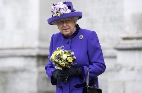 """De Britse koningin Elizabeth zal zondag niet de gebruikelijke nieuwjaarsdienst bijwonen. Ze is nog steeds ziek. Dat heeft Buckingham Palace bekendgemaakt. """"De koningin voelt zich niet goed genoeg om naar de kerk te gaan. Ze is nog herstellende van een zware verkoudheid"""", aldus de verklaring van het paleis."""