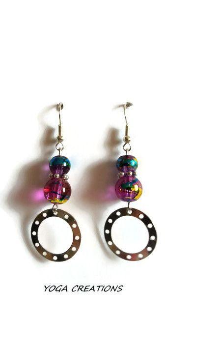 Boucles d'oreilles en perles de verre couleur améthyst avec reflets doré et bleu et anneau en métal argenté : Boucles d'oreille par yogacreations